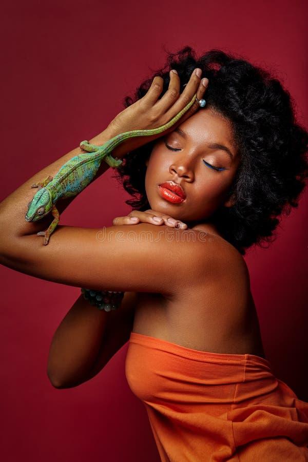 Piękny kobiety mienia kameleon fotografia stock