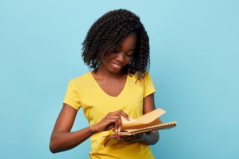 Piękny kobiety mienia notepad i kręcenie strona zdjęcia stock