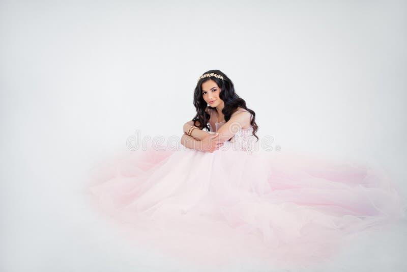 Piękny kobiety mody model Jest ubranym Różową tiul suknię fotografia royalty free