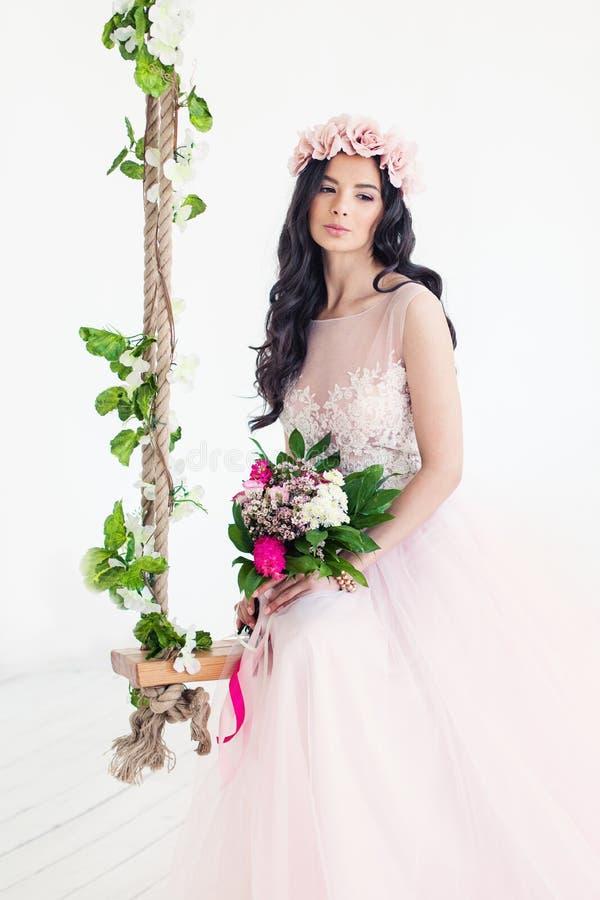 Piękny kobiety mody model jest ubranym tiul suknię obraz royalty free