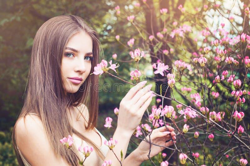 Pi?kny kobiety obw?chanie kwitnie outdoors fotografia stock