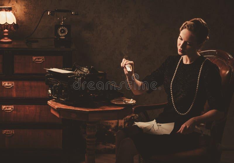 Piękny kobiety palenia list w retro wnętrzu obraz royalty free