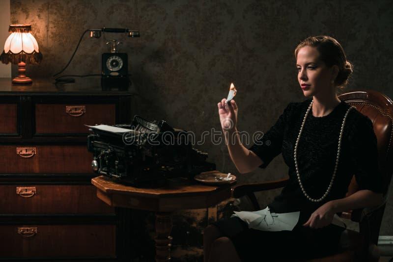 Piękny kobiety palenia list w retro wnętrzu obrazy stock