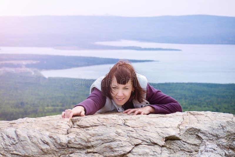Piękny kobiety przyjemności podróżomanii mindfulness wycieczkuje halnego światło słoneczne Zyuratkul Chelyabinsk Rosja fotografia stock