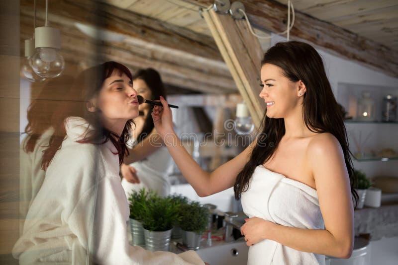 Piękny kobiety robić robi do jej przyjaciela zdjęcie royalty free