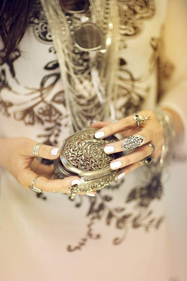 Piękny kobiety ` s wręcza mienie rocznika biżuterii pudełko, ręka z perfect gwoździa połyskiem i srebro dzwoni fotografia royalty free