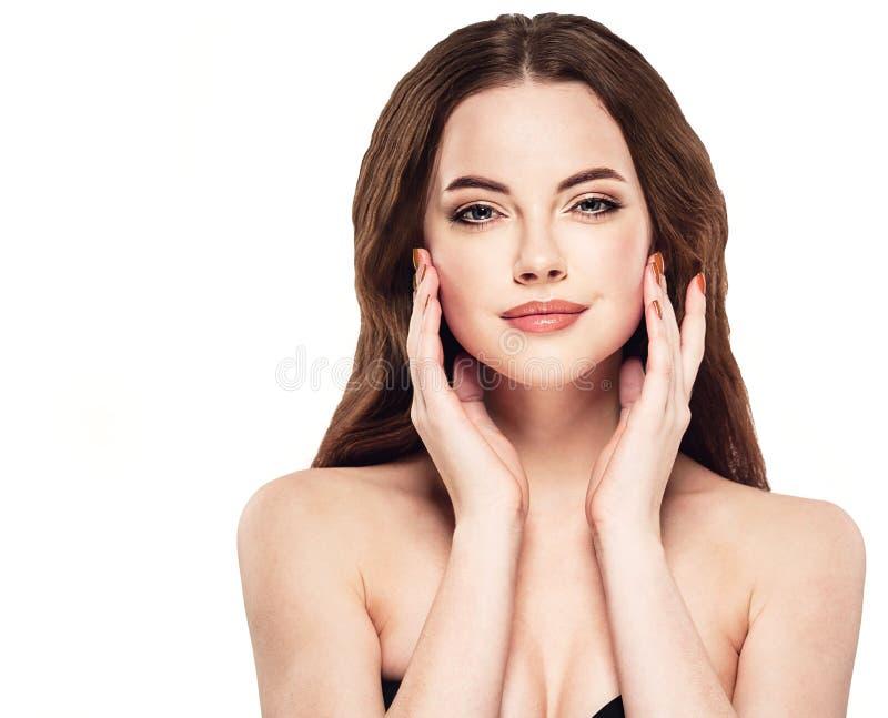 Piękny kobiety twarzy studio na bielu z seksownymi wargami dotyka jej twarz zdjęcia royalty free