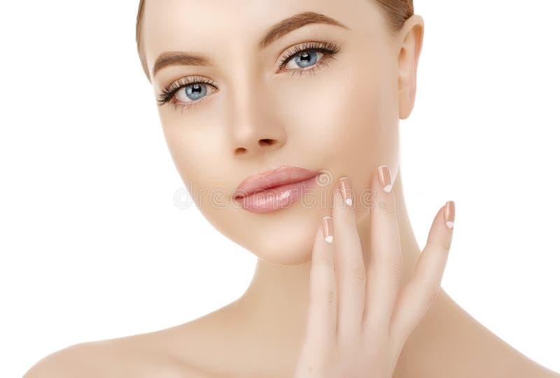 Piękny kobiety twarzy zakończenie w górę studia na bielu Piękno zdroju model zdjęcia stock