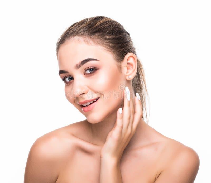 Piękny kobiety twarzy zakończenie w górę studia na bielu Piękno zdroju modela kobieta, czysty świeży perfect skóry zbliżenie Młod obrazy stock