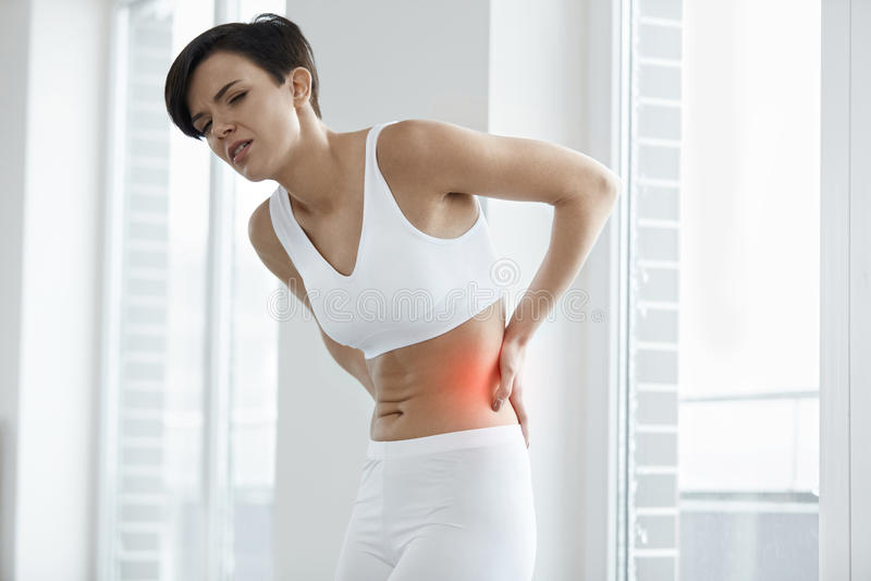 Piękny kobiety uczucia ból W plecy, Backache Zdrowia zagadnienie obrazy stock