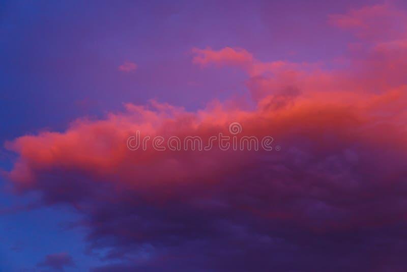Piękny kolorowy dramatyczny niebo przy zmierzchem Cumulus chmury w wiecz?r Jaskrawy błękitny lily pomarańczowy tło fotografia royalty free