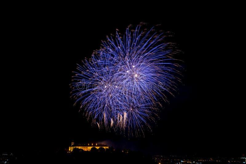 Piękny kolorowy fajerwerk w mieście Brno na Spilberk fotografia royalty free