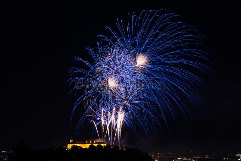 Piękny kolorowy fajerwerk w mieście Brno na Spilberk zdjęcie royalty free