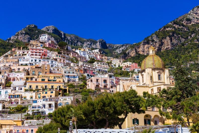 Piękny kolorowy pejzaż miejski na górach nad morzem, Europa, tradycyjna Włoska architektura Amalfi wybrzeże - architektoniczny i obrazy royalty free