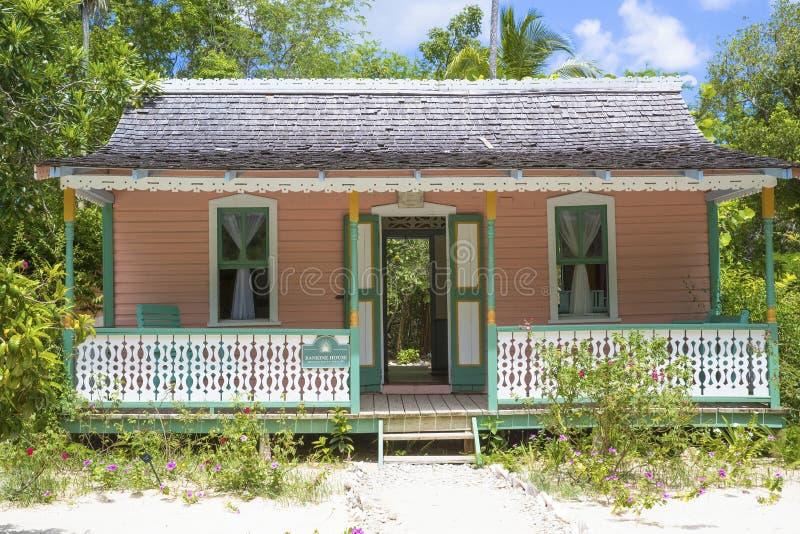 Piękny kolorowy plażowy dom przy Grand Cayman wyspami fotografia royalty free