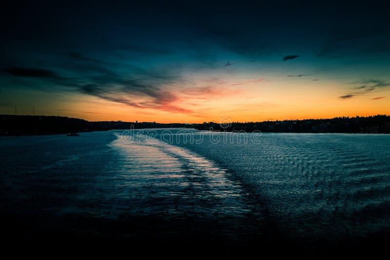Piękny, kolorowy seascape Szwecja zima eventing od promu, fotografia royalty free