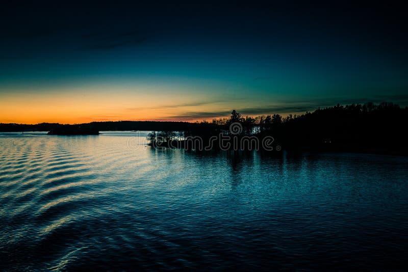 Piękny, kolorowy seascape Szwecja zima eventing od promu, zdjęcie royalty free