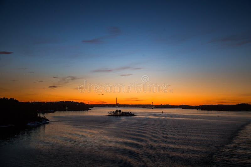 Piękny, kolorowy seascape Szwecja zima eventing od promu, zdjęcia stock