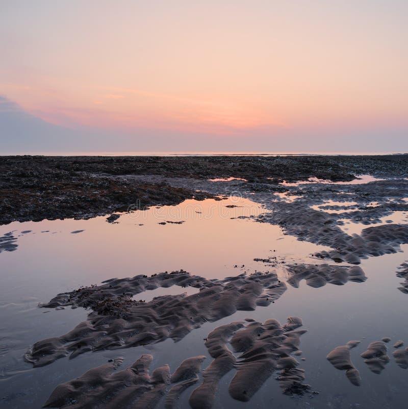 Piękny kolorowy wschód słońca odbijał w rockowych basenach przy niskim przypływem o zdjęcie royalty free