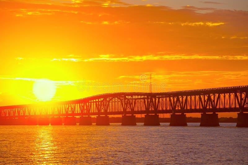 Piękny kolorowy zmierzch lub wschód słońca przy Bahia Honda stanu parkiem w Floryda kluczach zdjęcie stock