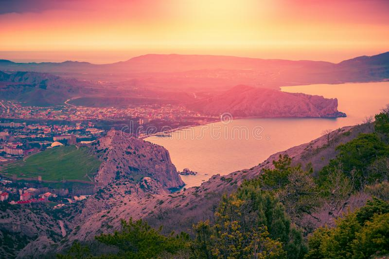 Piękny kolorowy zmierzch nad góry zdjęcia stock