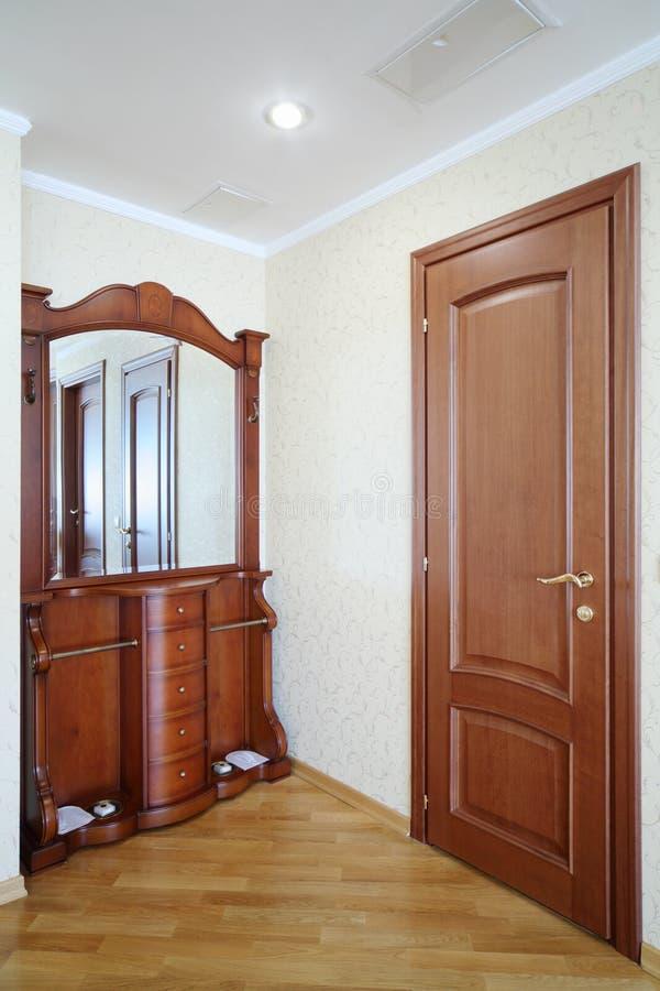 Piękny korytarz z drewnianą małą szafą z mi obrazy royalty free
