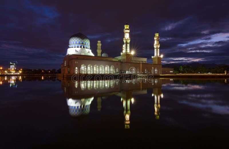Piękny Kota Kinabalu miasta meczet przy świtem w Sabah, Malezja zdjęcie royalty free