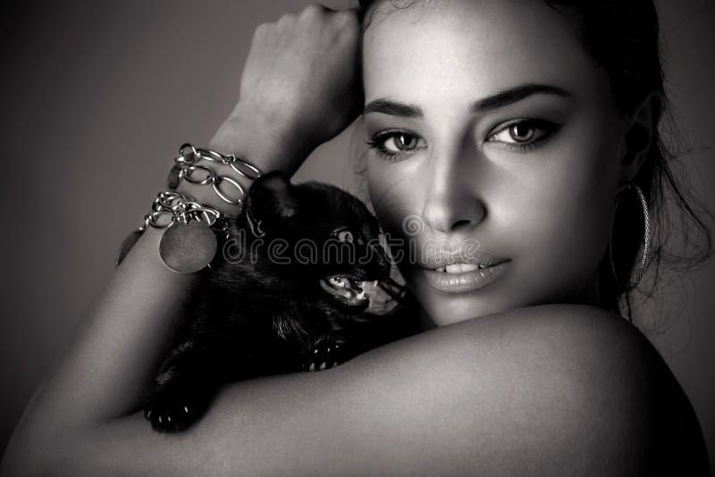 piękny kota na zewnątrz grać kobiety kobiet obrazy stock
