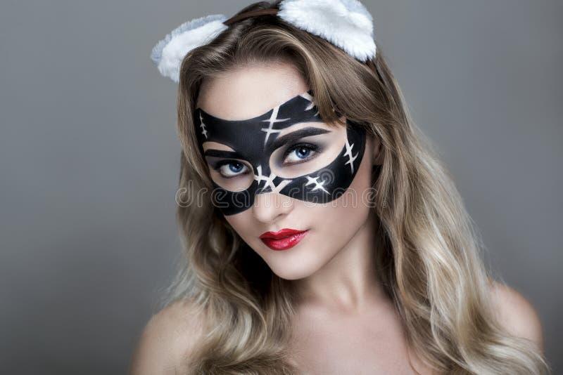 piękny kota na zewnątrz grać kobiety kobiet zdjęcia royalty free