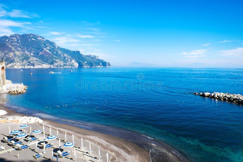 Piękny krajobraz Amalfi wybrzeża morza śródziemnomorskiego Italy południowy znacząco podróżny miejsce przeznaczenia w Europe zdjęcia stock