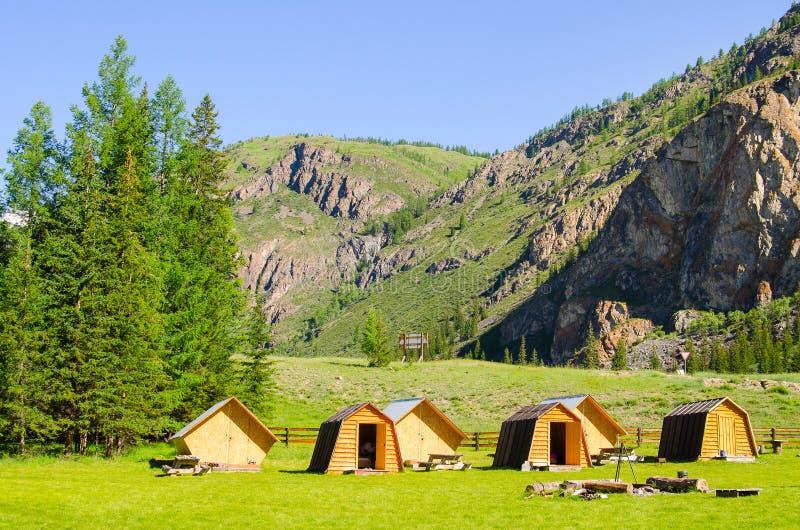 Piękny krajobraz dolina w Altai górach, mali domy dla turystów, majestatyczny malowniczy widok w słonecznym dniu obrazy royalty free