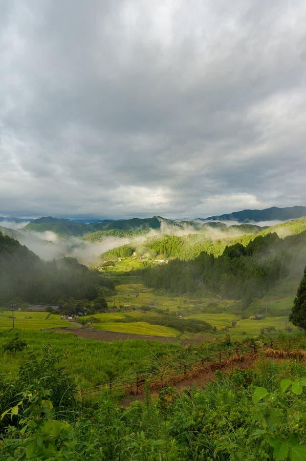Piękny krajobraz Japońska wysokiej góry wieś na mgle zdjęcie stock