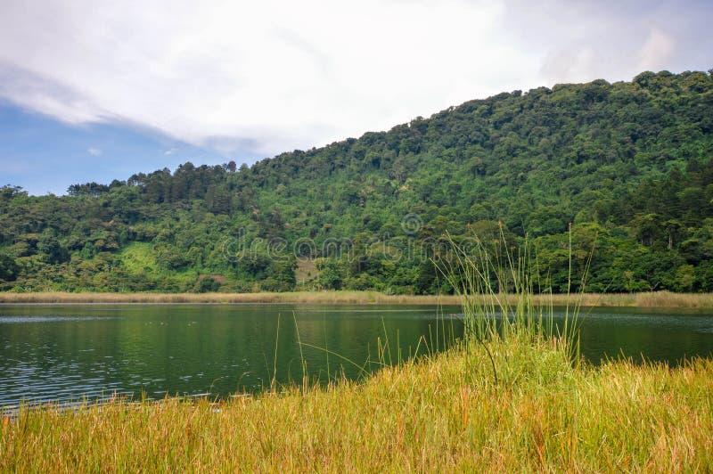 Piękny krajobraz Laguna Verde z łodzią w Apaneca, Ruta de Las Flores marszruta, Salwador zdjęcia stock