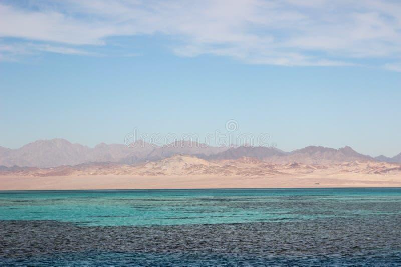Piękny krajobraz lazurowy morze Egipskie góry i czerwony morze Światło chmurnieje w niebieskim niebie fotografia stock