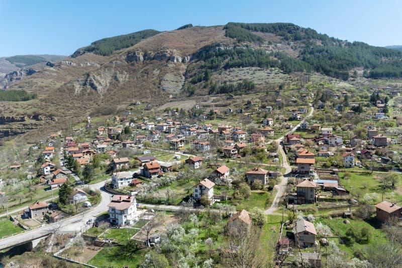 Piękny krajobraz miasto, góra i domy Svoge, zdjęcie royalty free