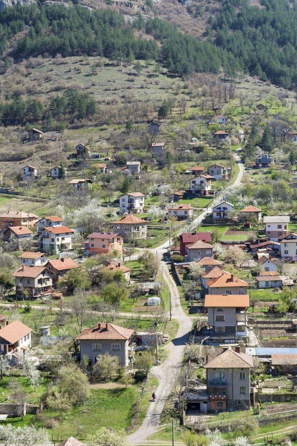 Piękny krajobraz miasto, góra i domy Svoge, obraz stock