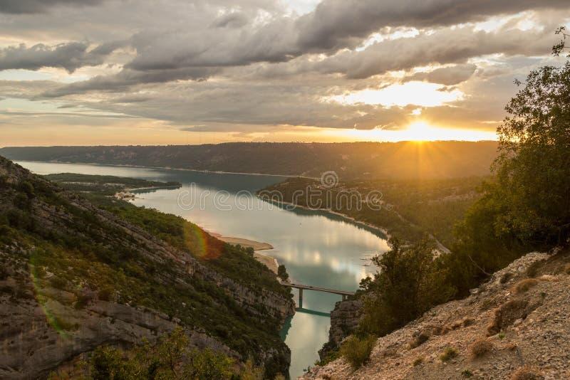 Piękny krajobraz spokoju St Croix jezioro przy zmierzchem, w wąwozie Du Verdon, Provence, Francja obrazy royalty free