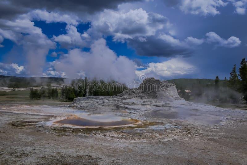 Piękny krajobraz stary wierny gejzer, otaczający opary przy Midway gejzeru basenem, Yellowstone park narodowy zdjęcie royalty free