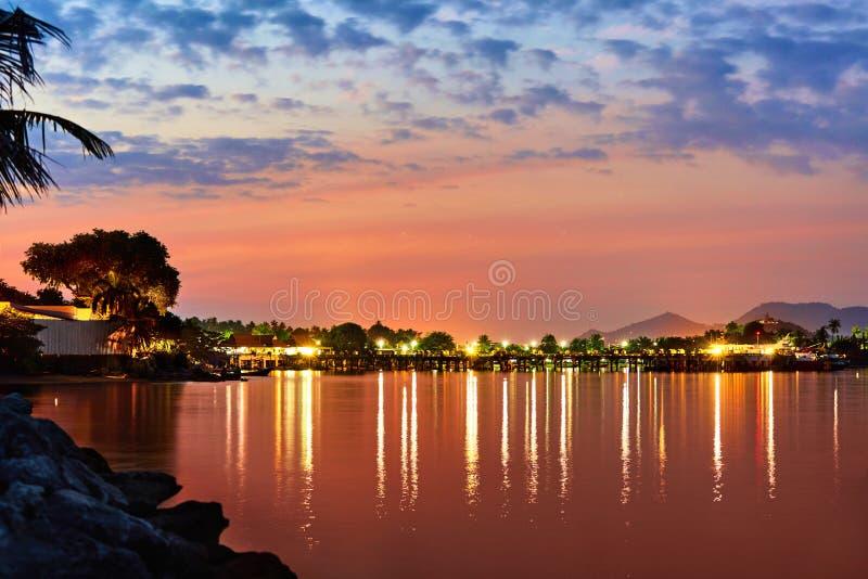 Piękny krajobraz Tropikalny Denny zmierzch Z światłami Na wodzie T obraz royalty free