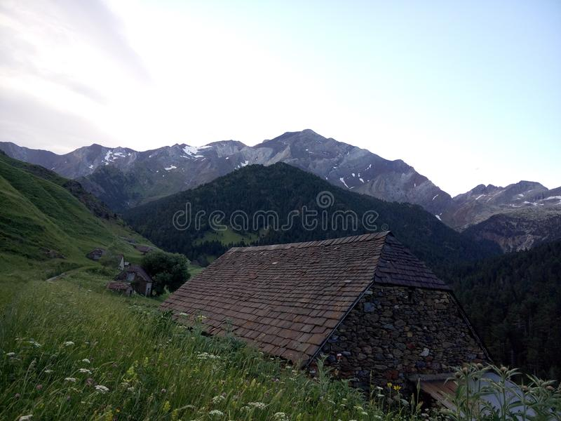piękny krajobraz w górach z malutką budą na środku zdjęcia stock