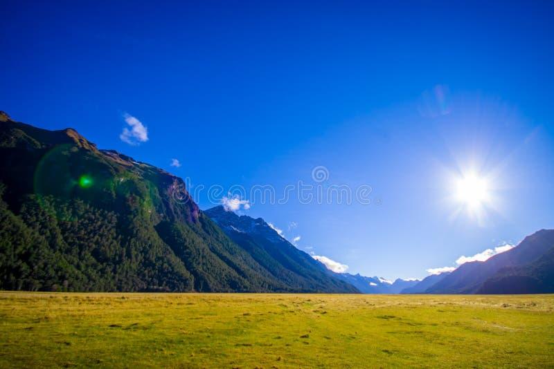 Piękny krajobraz wysoka góra lodowiec przy milford dźwiękiem z światłem słonecznym w niebie w południowej wyspie w Nowa Zelandia, zdjęcie stock