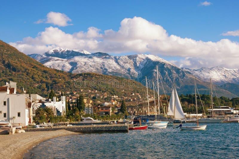 Piękny krajobraz z śnieżnymi górami brzegowy Montenegro i zielenią, Tivat obraz stock
