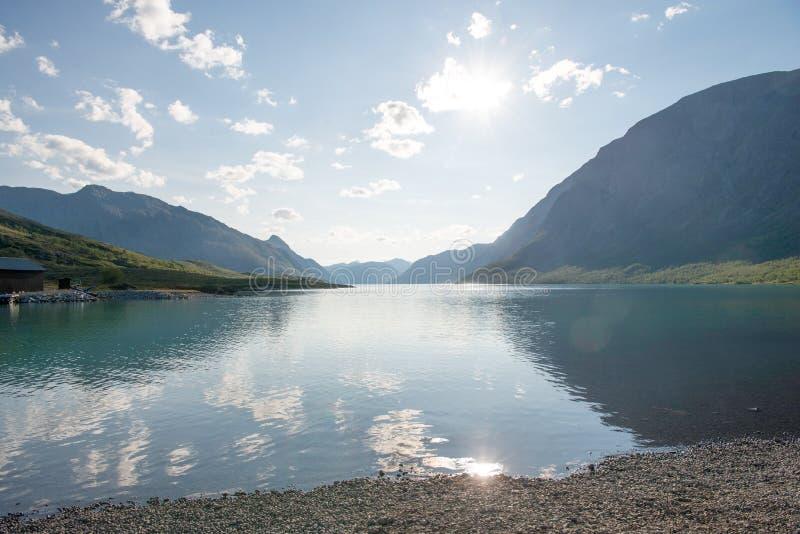 piękny krajobraz z majestatycznymi górami odbijał w spokój wodzie Gjende jezioro, Besseggen grań, Jotunheimen park narodowy, Nie obraz stock