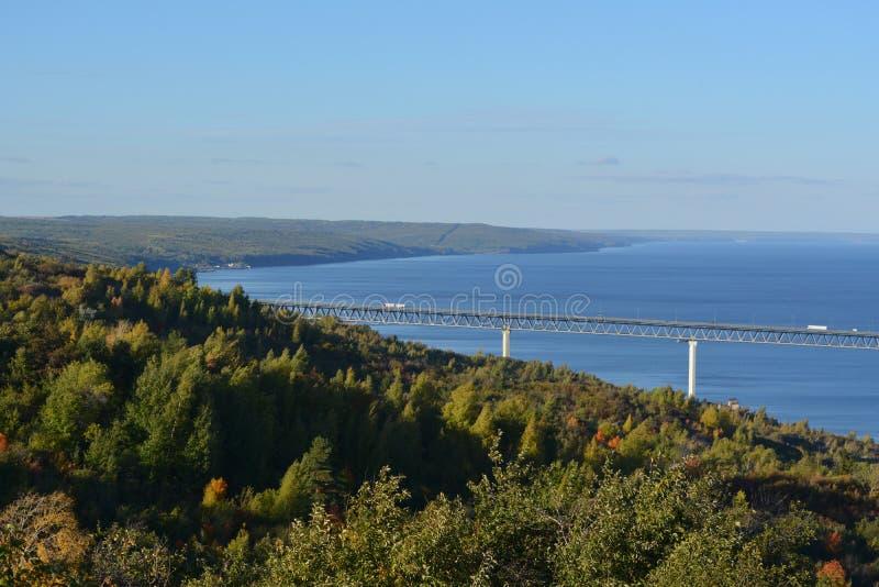 Pi?kny krajobraz z mostem nad Volga lasem na banku i rzek? woda b??kitne niebo Pocz?tek jesie? obraz stock