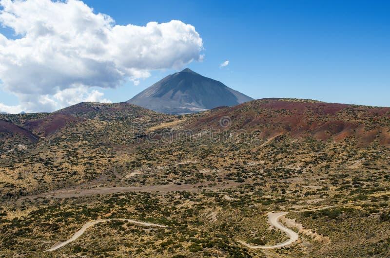 Piękny krajobraz z niebieskim niebem, biel chmurami, halną wijącą drogą i górą, Teide Tenerife, Kanarowy Isla zdjęcia stock