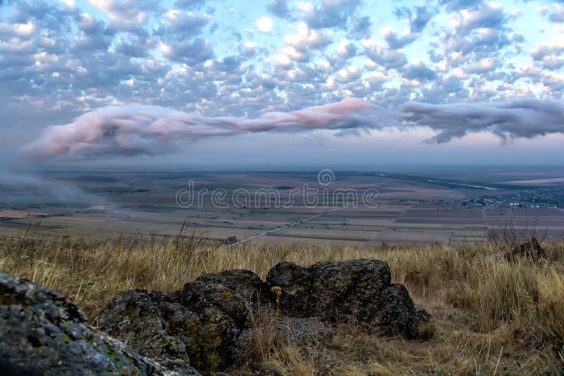 Piękny krajobraz z, piękne chmury i białe i różowe obrazy royalty free