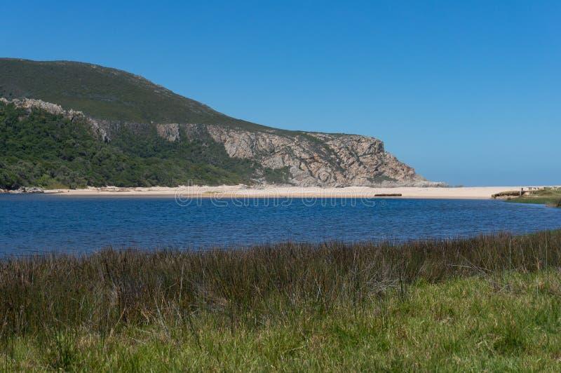 Pi?kny krajobraz z piaskowatej pla?y, b??kitne wody i g?ry falez?, zdjęcia royalty free