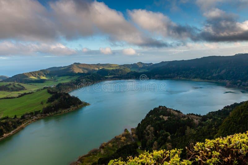 Piękny krajobraz z powulkanicznym jeziora i lasu otaczaniem wewnątrz zdjęcie royalty free