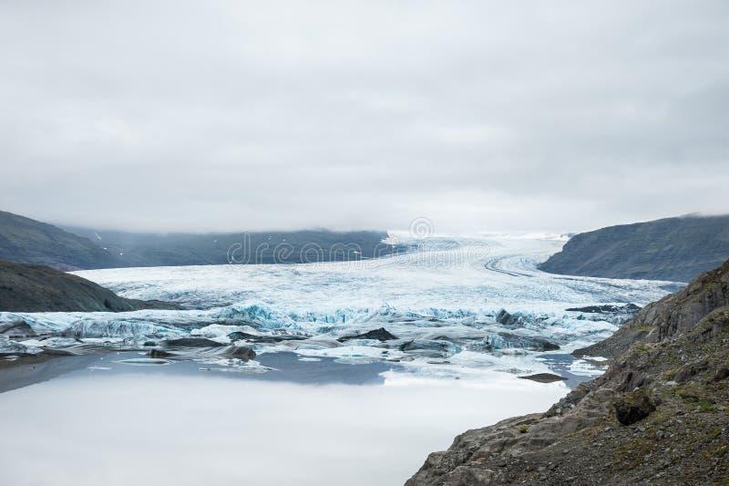 Piękny krajobraz z widokiem górskim i lodowa jeziorem zdjęcie royalty free