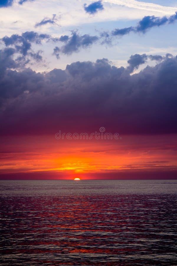 Piękny krajobraz z zmierzchem nad morzem z dramatycznym niebem obrazy royalty free